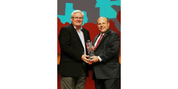 KFB President Mark Haney accepted the Pinnacle Award from AFBF President Zippy Duvall. (Kentucky Farm Bureau)