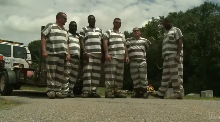 Jail inmates save fallen officer, rather than escape