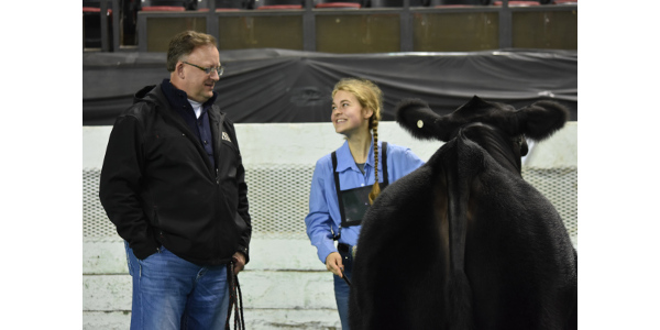 Gil Cowles shares some instruction and encouragement with Katie Smith as she prepares to take a Pleasant Hill heifer into the ring. (Courtesy of Farmstead Media)
