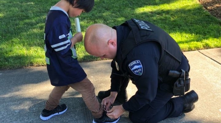 When cops see boy wearing torn, dirty socks, they return with new shoes and ice pops