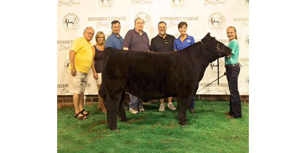 Governor's steer #1: Dave Roberts, Robin Eyberg, Bill Eagan, Bill Hurley, Kevin O'Brien, Governor Kim Reynolds, and Tyler Pudenz. (Courtesy of Iowa Beef Industry Council)