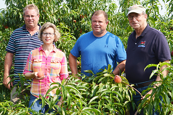 NJDA visits pick-your-own peach orchard