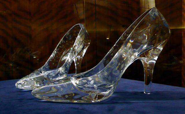 Little girl mistakes bride for Cinderella
