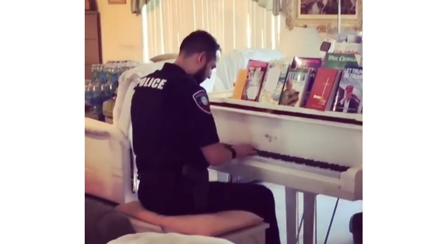 Watch police officer soothe distraught family by playing their piano